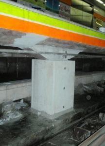 地下鉄プラットフォーム下柱